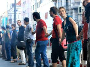 Salaam-Schalom organized a human chain event in Neukollen.