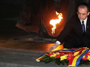 Remember, Romania: Romanian Prime Minister Emil Boc lays a wreath at the Hall of Remembrance at the Yad Vashem Holocaust memorial museum.