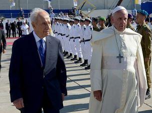 Holy Trip: Israel President Shimon Peres greets Pope Francis in Tel Aviv