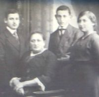 Else Ottemberg with her mother and brothers in Bayreuth
