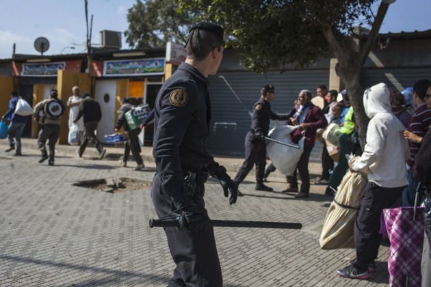 Migrants fleeing African drought turned back by police as they try to rush the gate to Spanish North African coastal enclave of Melilla, March 22, 2014.