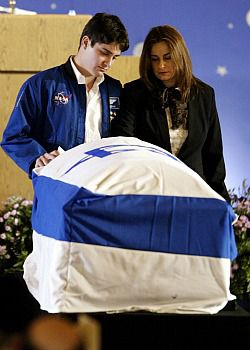 Rona Ramon (R) and Assaf Ramon, widow and eldest son of Israel?s first astronaut Ilan Ramon, paid their respects next to his coffin.