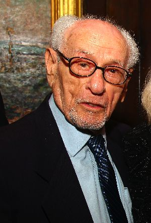 Actor Eli Wallach is set to receive a lifetime achievement Oscar.