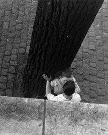 ?Earthly Paradise?: The photographs of Izis, born Israëlis Bidermanas, are on view at Paris?s Hôtel de Ville. Above, ?Bords de Seine?, 1949.