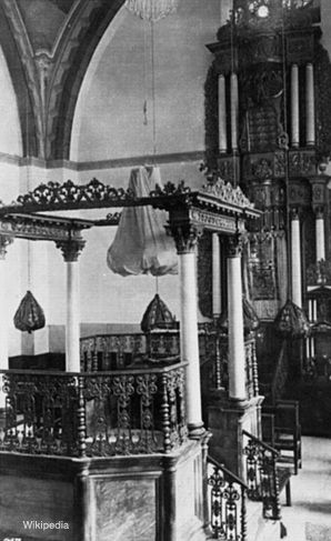 FORMER GLORY: The interior of the Hurva synagogue as captured on a 1920s postcard.