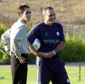 Israeli soccer coach Avram Grant (right) with Israeli Liverpool player Yossi Benyaoun