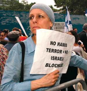 Defense : A pro-Israel protester at a rally in front of the Turkish consulate in New York City.
