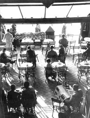 The terrace at the Romanisches Café, circa 1925.