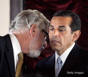 The Mayor's Ear: Rabbi Alan Freehling confers with L.A. mayor Antonio Villaraigosa before a March 2007 press conference.